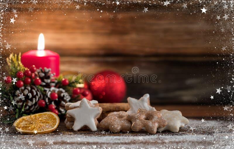 Cookies alemãs do Natal no fundo de madeira fotografia de stock royalty free