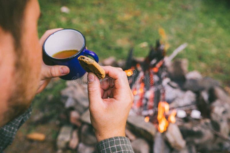 Cookies antropófagas e parte externa bebendo do chá imagem de stock royalty free