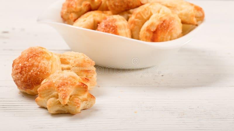 cookies Casa-feitas da massa folhada em uma tabela de madeira branca fotos de stock