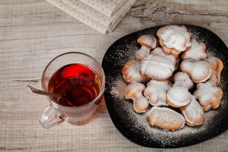 Cookies caseiros com o leite condensado enchido com porcas fotos de stock royalty free