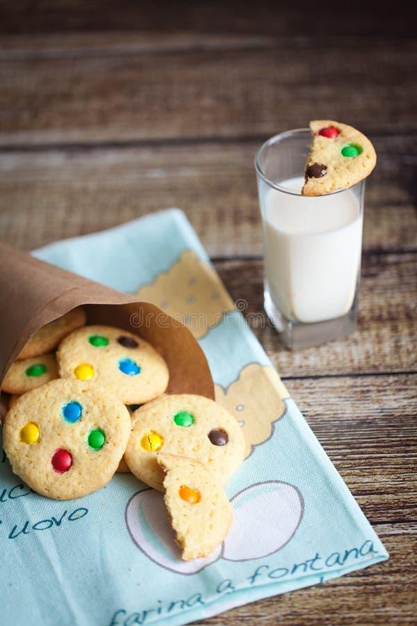 Cookies caseiros com os doces da cor no cartucho imagens de stock