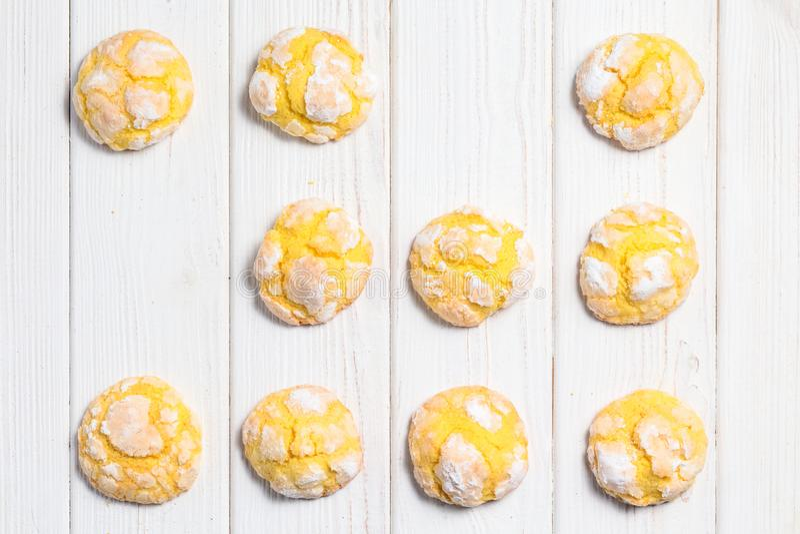 Cookies caseiros da dobra do limão com crosta de gelo pulverizada do açúcar Cracke foto de stock