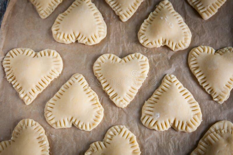 Cookies caseiros da forma do coração com creme do creme da baunilha imagem de stock
