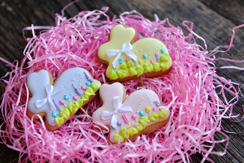 Cookies caseiros do coelhinho da Páscoa no ninho cor-de-rosa imagem de stock