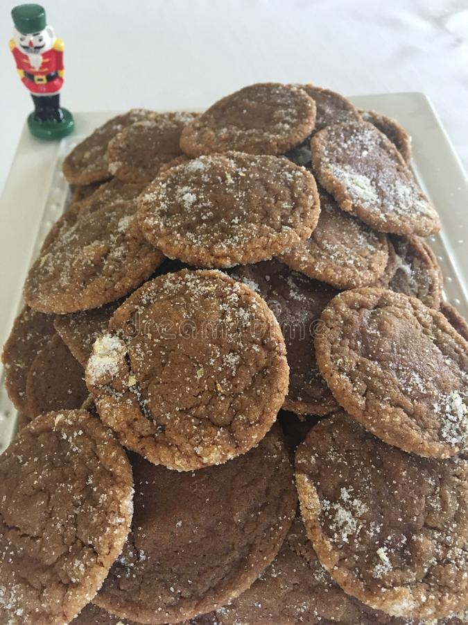 Cookies caseiros do gengibre com a quebra-nozes para o Natal foto de stock royalty free