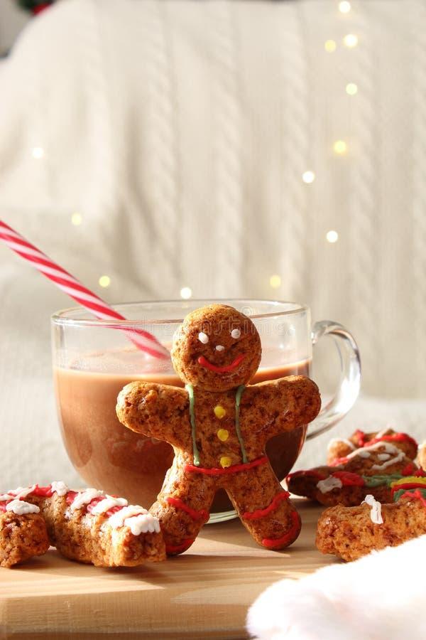 Cookies caseiros do homem de pão-de-espécie do Natal com um copo do chocolate fotos de stock royalty free