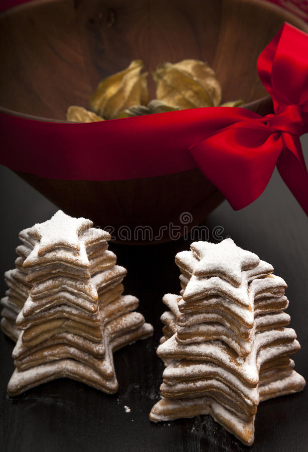 Cookies caseiros do Natal com close-up decorativo da bacia fotografia de stock