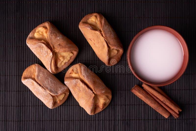 Cookies caseiros do requeijão e leite frio no vidro Close-up Foco seletivo fotos de stock