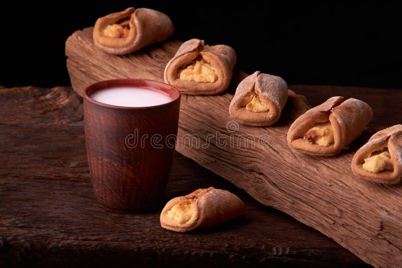 Cookies caseiros do requeijão e leite frio no vidro Close-up Foco seletivo fotografia de stock