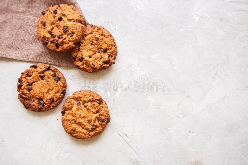 Cookies caseiros dos pedaços de chocolate em um fundo de pedra branco alto imagem de stock