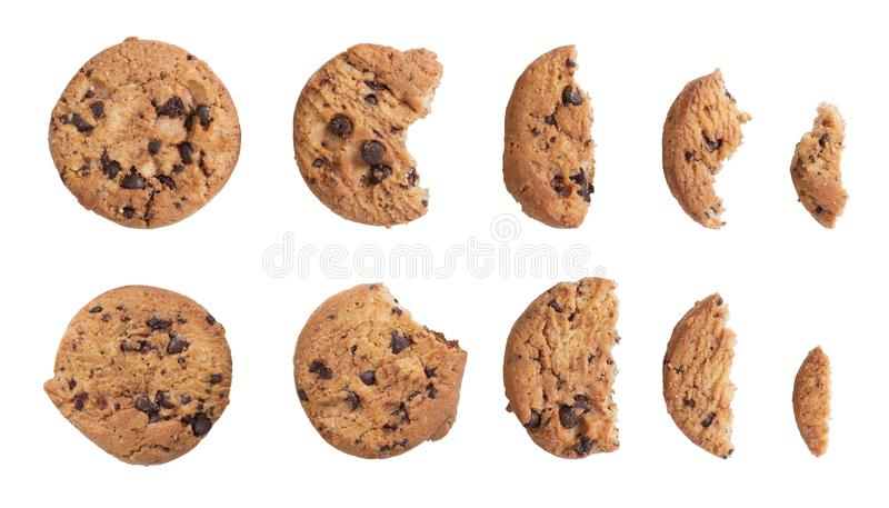 Cookies caseiros dos pedaços de chocolate isoladas no fundo branco fotografia de stock royalty free