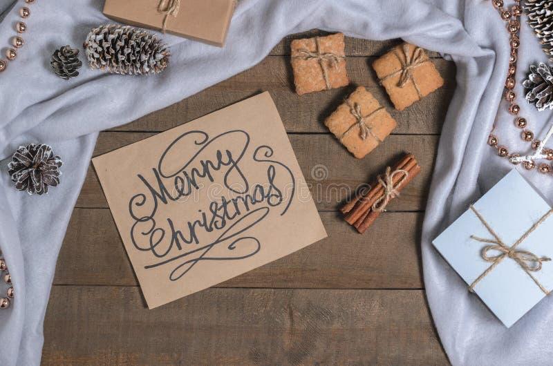 Cookies caseiros e cumprimentos do Natal em decorações do Natal foto de stock
