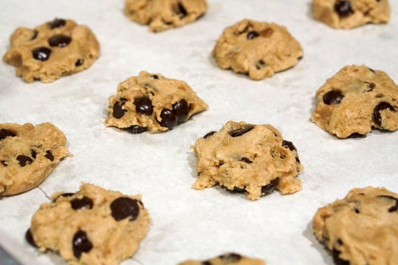 Cookies caseiros frescas de cozimento dos pedaços de chocolate na bandeja fotos de stock