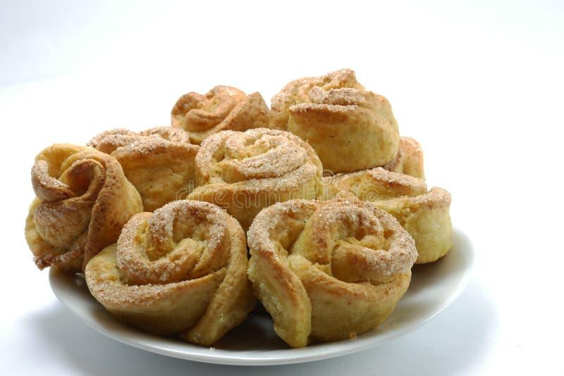 Cookies caseiros sob a forma das rosas dos biscoitos em um fundo branco imagens de stock royalty free