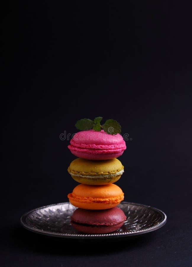 Cookies coloridos brilhantes do bolinho de amêndoa fotos de stock