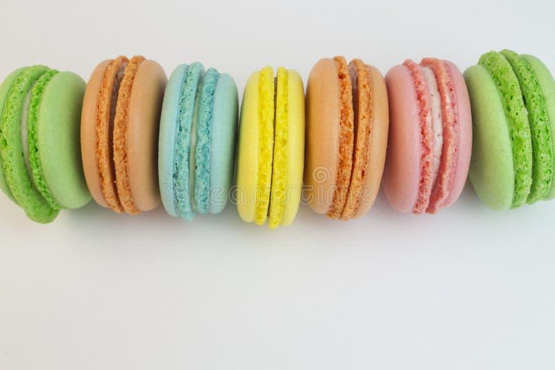 Cookies coloridos do macarrão em um close-up branco do fundo Macarrão amarelo vermelho azul verde apresentado horizontalmente fotografia de stock