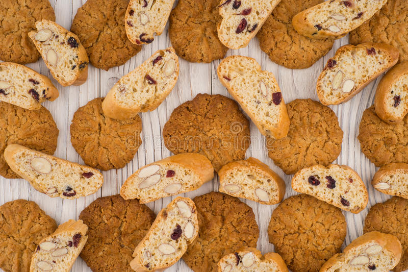 Cookies com amêndoas e passas na tabela de madeira velha fotografia de stock royalty free