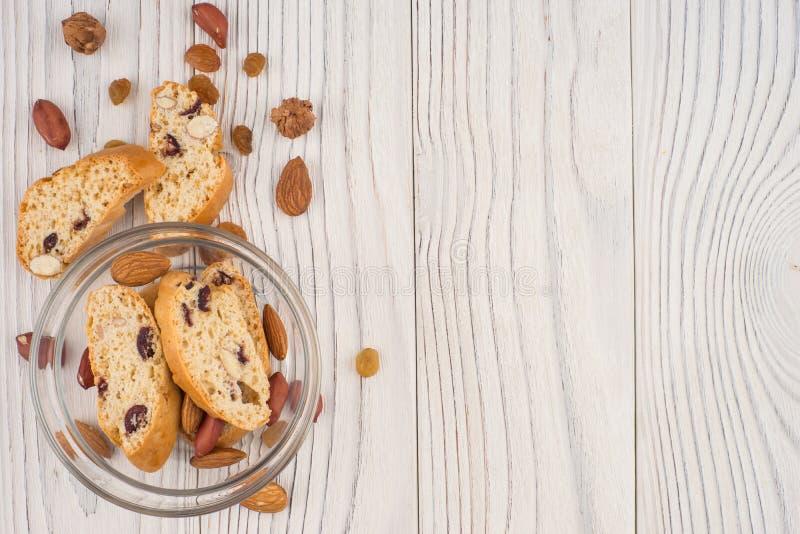 Cookies com amêndoas e passas na tabela de madeira velha fotos de stock