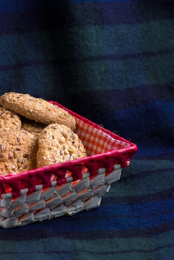 Cookies com as sementes do sésamo e de girassol na manta Comer saudável foto de stock royalty free