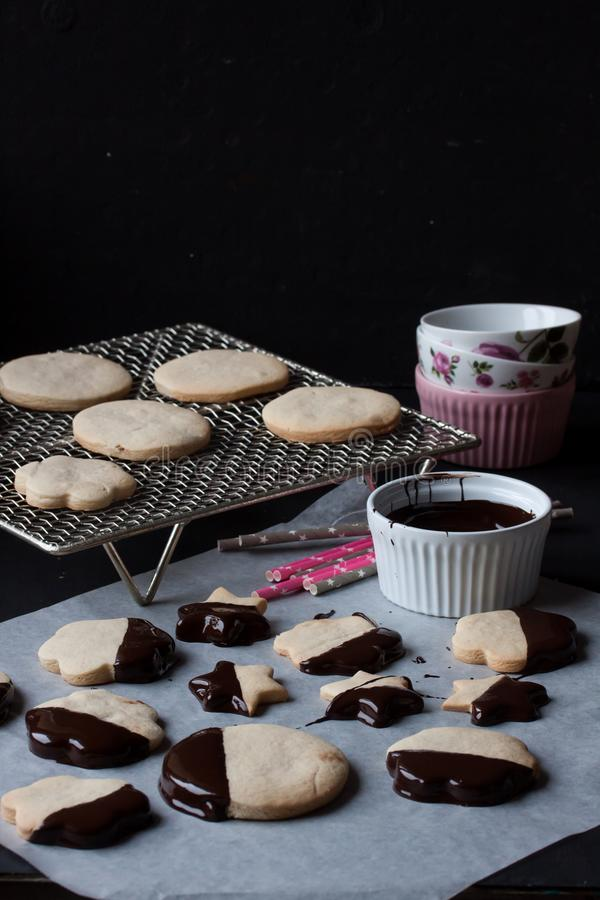 Cookies com chocolate derretido, fondue de chocolate imagem de stock royalty free