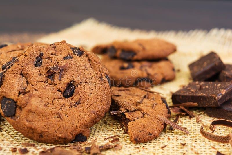 Cookies com chocolate no fundo de madeira escuro imagem de stock royalty free