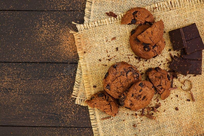 Cookies com chocolate no fundo de madeira escuro imagens de stock royalty free