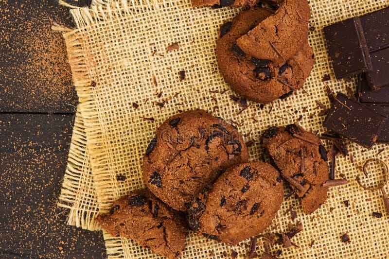 Cookies com chocolate no fundo de madeira escuro fotografia de stock royalty free