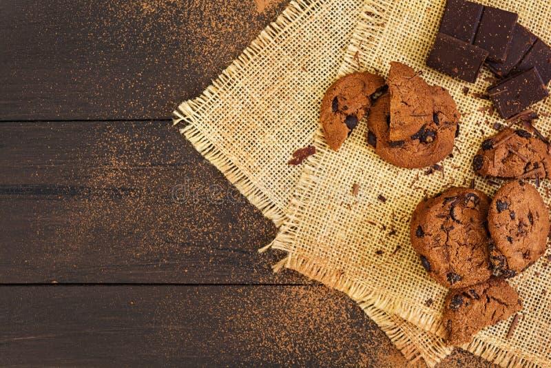 Cookies com chocolate no fundo de madeira escuro fotos de stock royalty free