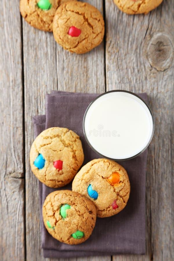 Cookies com doces coloridos fotografia de stock
