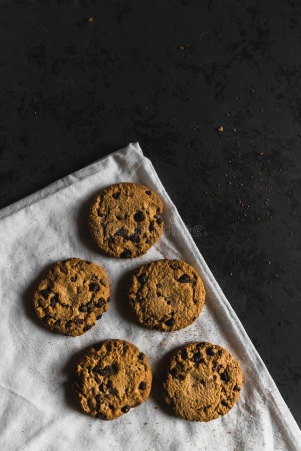 Cookies com navios do chocolate em um fundo escuro imagem de stock royalty free