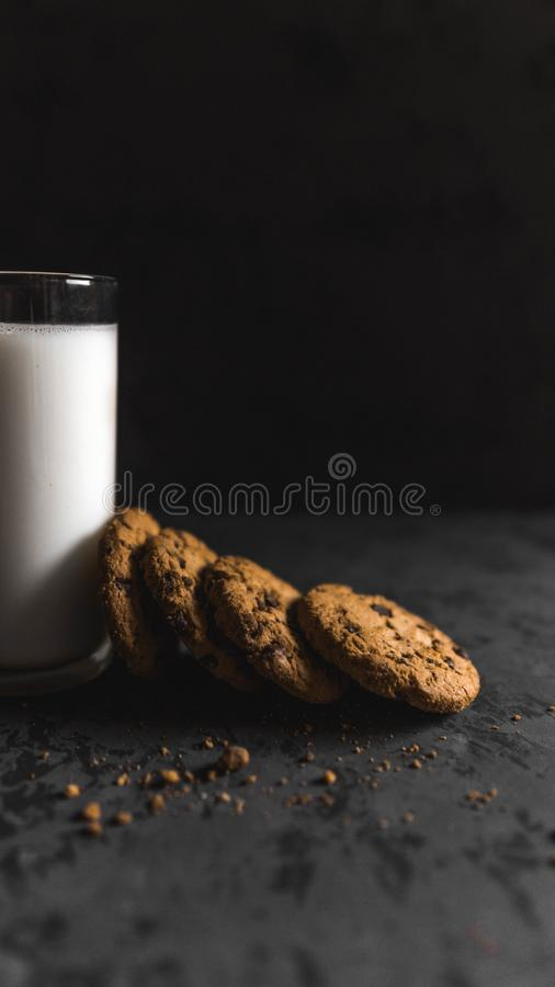 Cookies com navios e leite do chocolate com um fundo escuro fotografia de stock royalty free