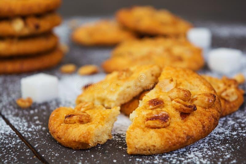 Cookies com os amendoins no fundo de madeira escuro fotos de stock