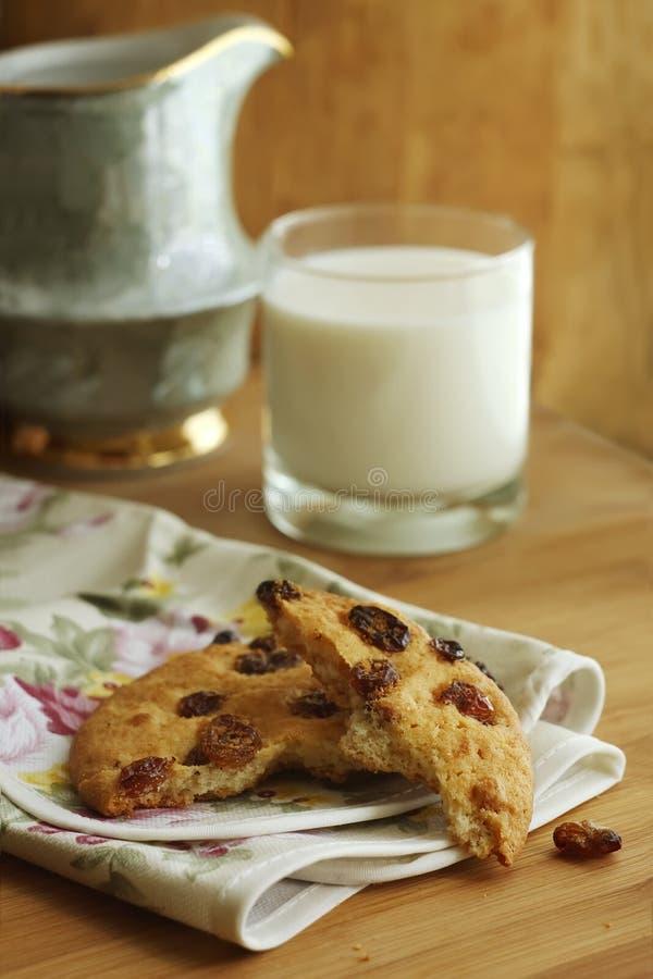 Cookies com passas e leite imagens de stock