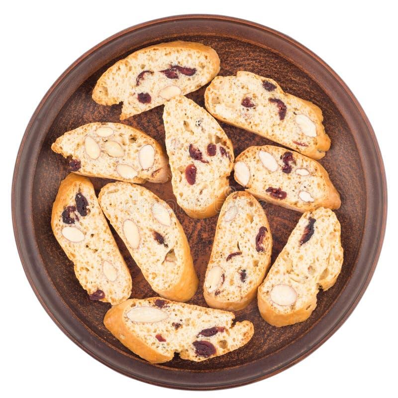 Cookies com passas e porcas em uma placa cerâmica Isolado no wh fotografia de stock royalty free
