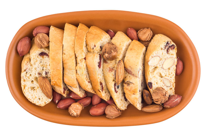 Cookies com passas e porcas em uma placa cerâmica Isolado no wh fotos de stock