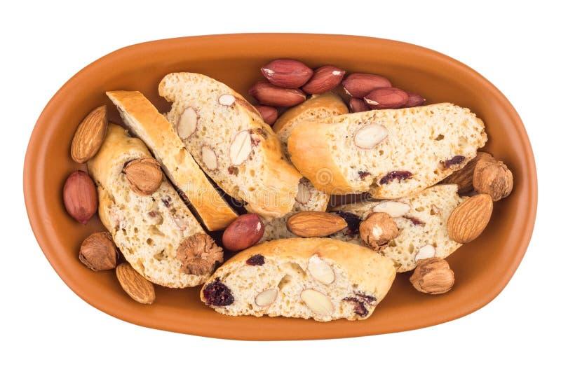Cookies com passas e porcas em uma placa cerâmica Isolado no wh imagem de stock royalty free