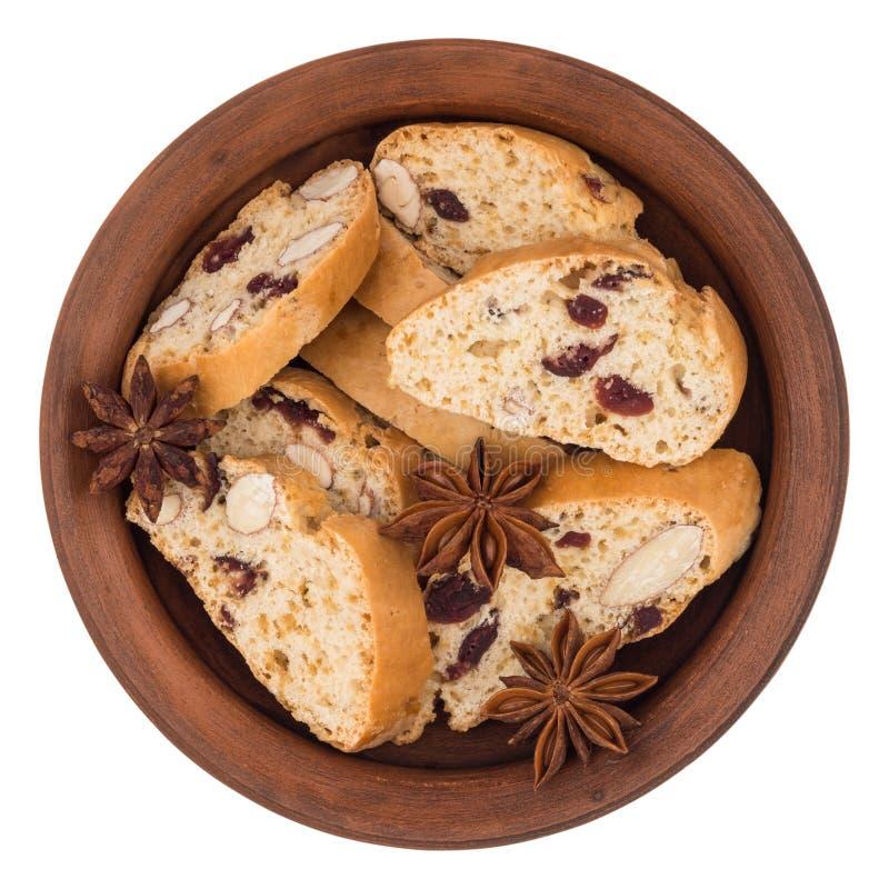 Cookies com passas em uma placa cerâmica Isolado no backg branco foto de stock