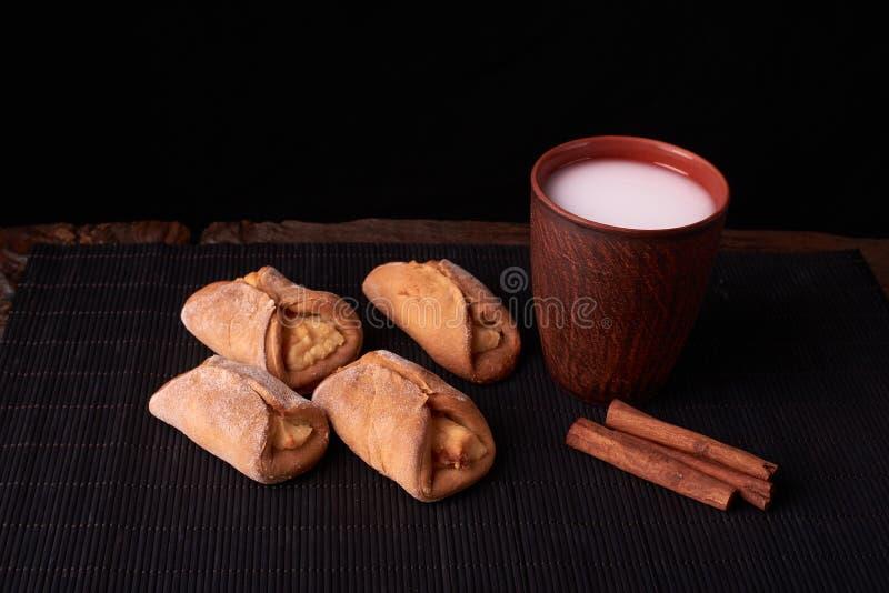 Cookies com requeijão e leite no fundo de madeira da tabela Mini tortas na mesa Estilo rústico fotos de stock royalty free