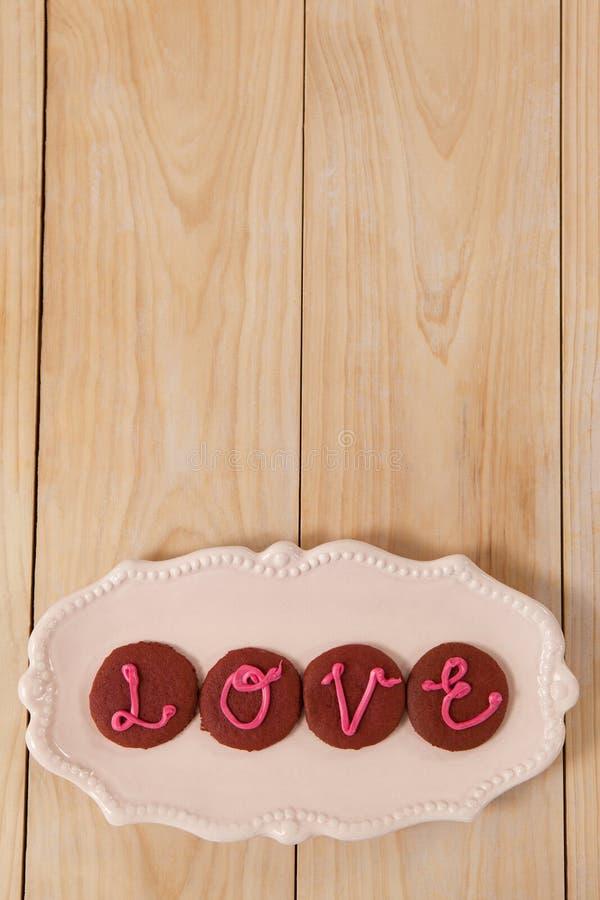Cookies congeladas com amor de indicação de creme cor-de-rosa fotos de stock