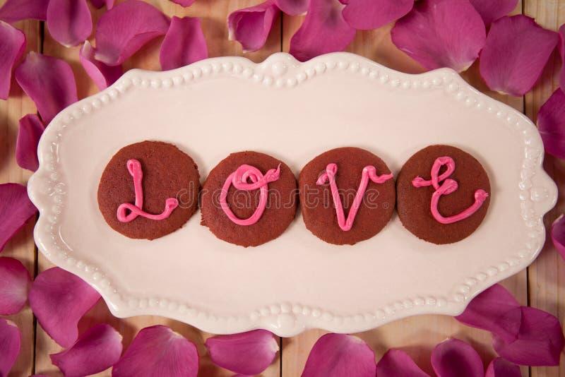 Cookies congeladas com amor de indicação de creme cor-de-rosa foto de stock