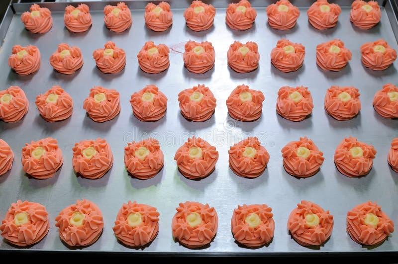 Cookies cor-de-rosa redondas na produção dos confeitos fotografia de stock royalty free