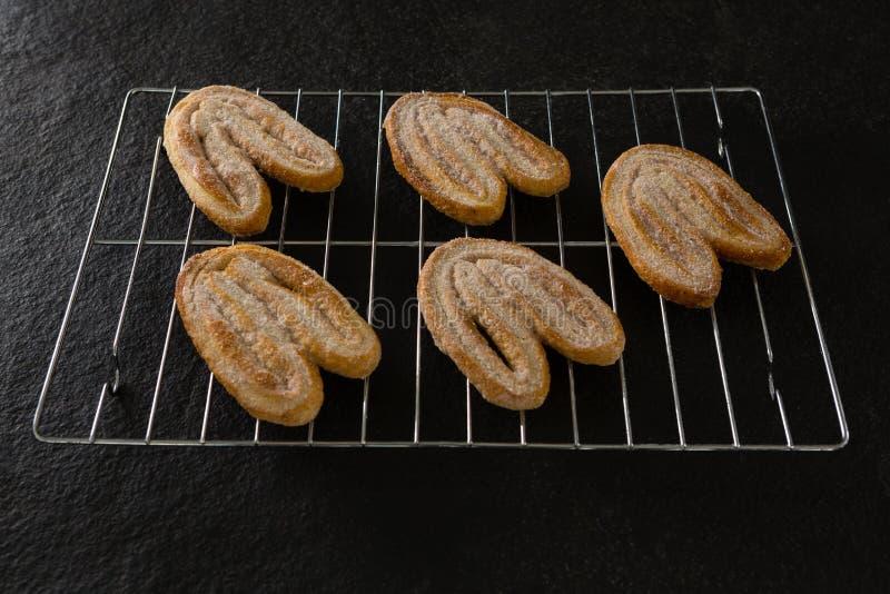 Cookies cozidas frescas na bandeja do cozimento fotos de stock royalty free