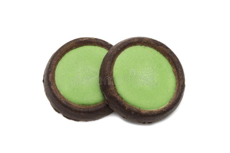 Cookies crocantes do chocolate dos biscoitos com o chá verde flavoured cobrindo o sinal de adição do choco fotos de stock