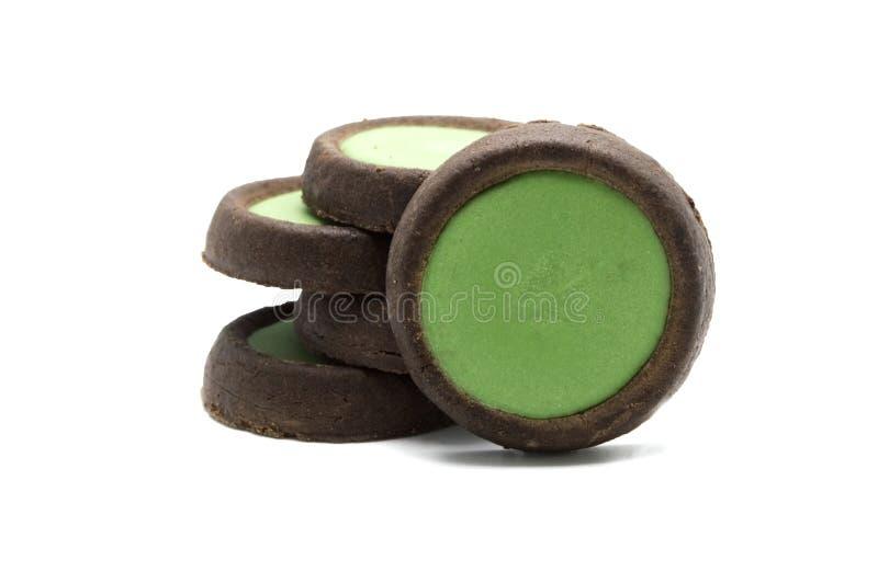 Cookies crocantes do chocolate dos biscoitos com o chá verde flavoured cobrindo o sinal de adição do choco foto de stock