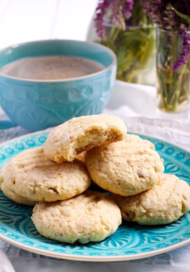 Cookies crocantes do coco na placa azul foto de stock