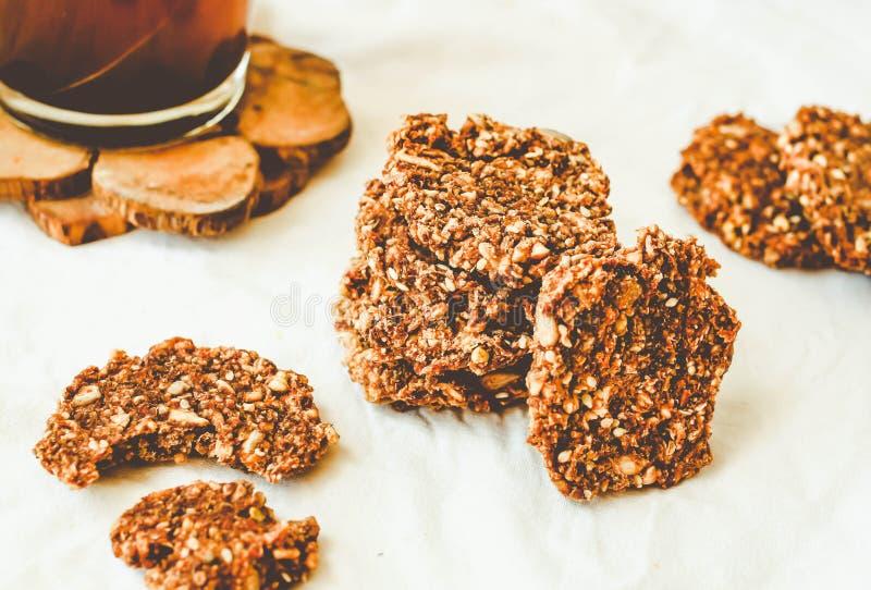 Cookies cruas da abóbora, cacau, figos, farinha de aveia, sobremesas do vegetariano, tom fotografia de stock