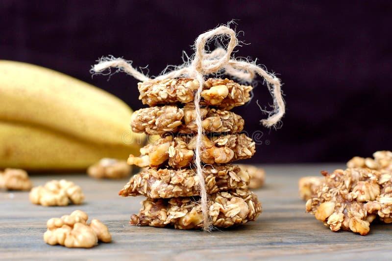 Cookies da banana com nozes e aveia no fundo de madeira marrom imagens de stock