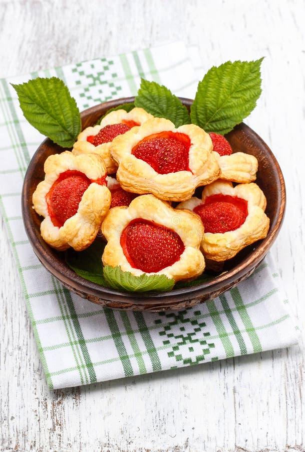 Cookies da massa folhada enchidas com as morangos frescas imagem de stock
