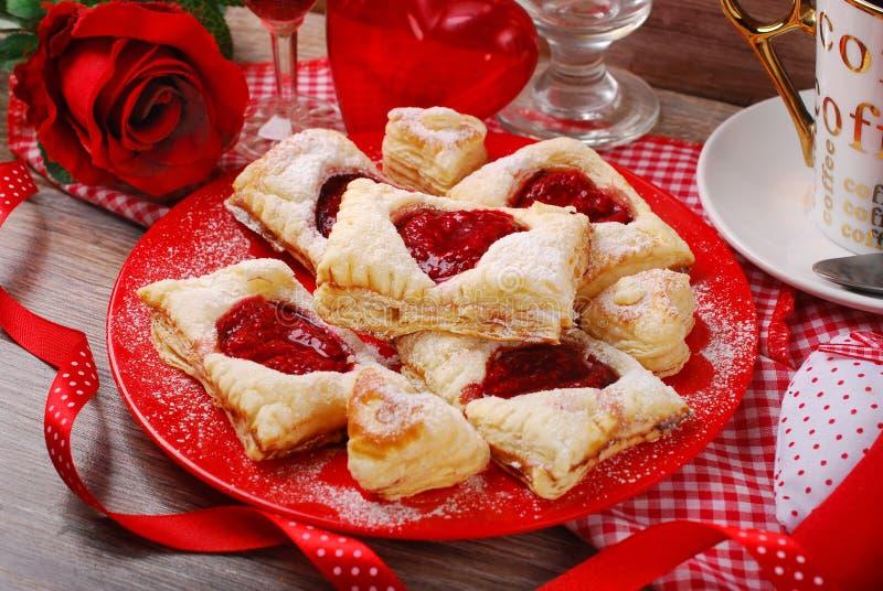 Cookies da massa folhada para o partido do Valentim fotos de stock royalty free