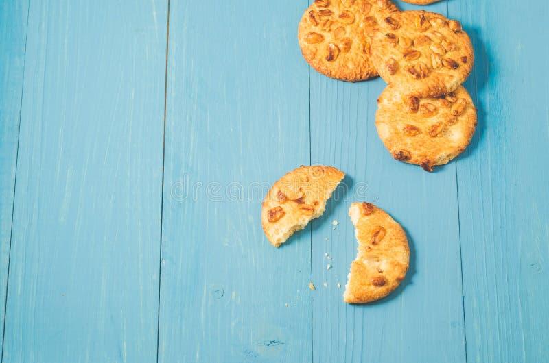 cookies da microplaqueta com as porcas em um fundo de madeira azul/cookies da microplaqueta com porcas em um fundo de madeira azu foto de stock royalty free